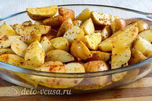 Картошка по-деревенски в духовке: Выкладываем в форму