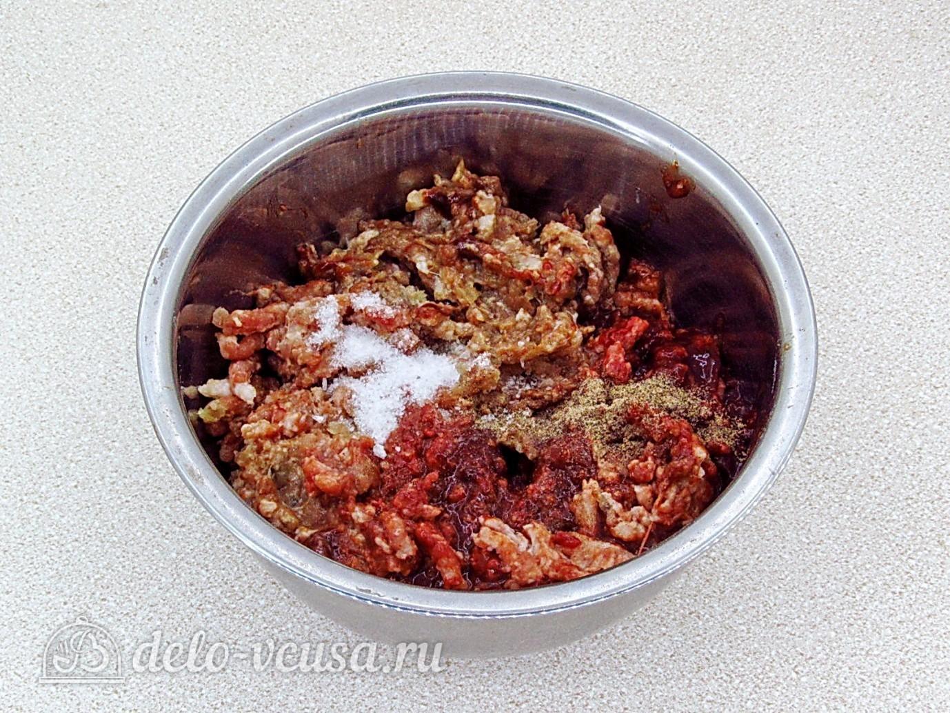 Котлеты из свинины с печенью: Добавить соль и перец