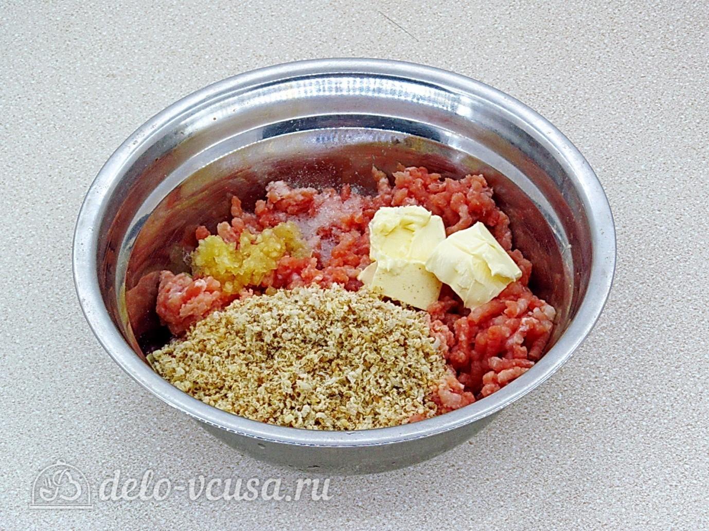 Котлеты из свинины с орехами: Соединить мясо, чеснок, сливочное масло