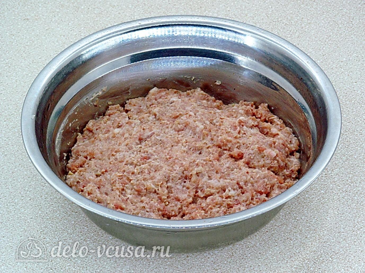 Котлеты из свинины с орехами: Перемешать фарш