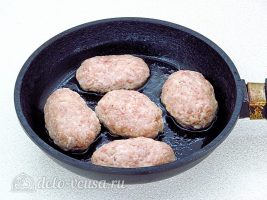 Котлеты из свинины с орехами: Обжарить котлеты