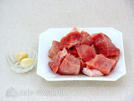 Котлеты из свинины с рисом: Порезать мясо кусочками