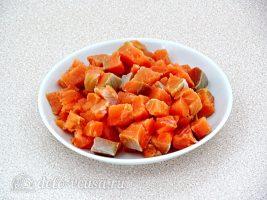 Паста с рыбой в сливочном соусе: Нарезать рыбу