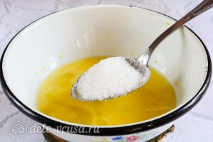 Лимонный курд: Всыпать сахарный песок и пару раз размешать