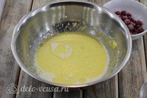 Маффины с малиной: Добавляем молоко