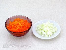 Суп из рыбной консервы с рисом: Лук и морковь измельчить
