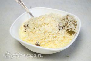 Салат Цезарь с курицей и сухариками: Добавить ингредиенты для соуса и перемешать