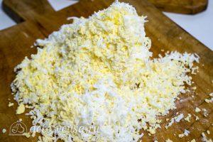 Салат Грибы под шубой: Натереть вареные яйца