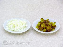 Салат из грибов с солеными огурцами: Нарезать лук и огурец