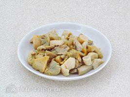 Салат из грибов с солеными огурцами: Нарезать грибы