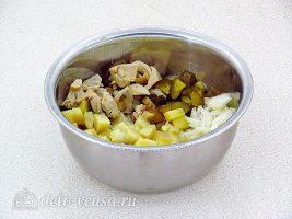 Салат из грибов с солеными огурцами: Соединить все ингредиенты