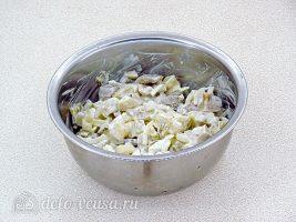 Салат из грибов с солеными огурцами: Заправить сметаной