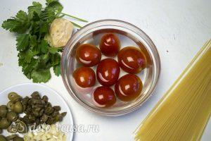 Спагетти Путанеска с помидорами и анчоусами: Ошпарить помидоры кипятком
