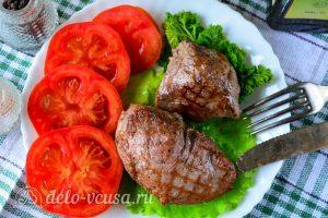 Стейк из говядины на сковороде готов