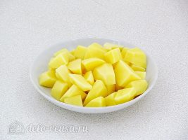 Суп с фасолью и сосисками: Порезать картошку