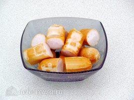 Суп с фасолью и сосисками: Порезать сосиски