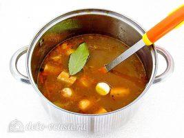 Суп с фасолью и сосисками: Добавить сосиски и лавровый лист