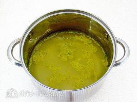 Суп с фасолью и сосисками: Варим бульон в течение 5 минут