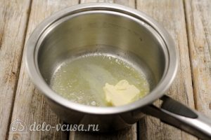 Суп с пельменями: Растопить масло