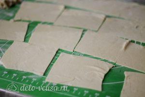 Манты с бараниной: Нарезать тесто квадратиками