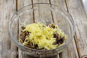 Тефтели с рисом в духовке: Соединить фарш с картофелем