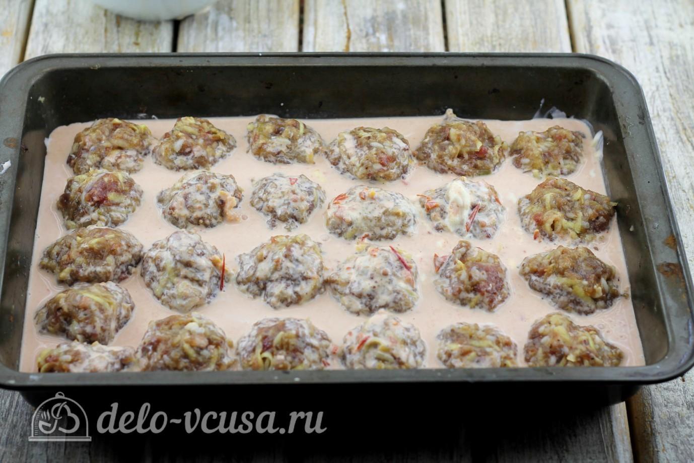 Тефтели с рисом в духовке: Тефтели залить соусом