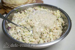 Блины с курицей и рисом: Добавить соус