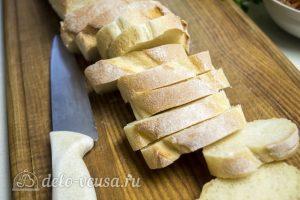 Брускетта с помидорами и сыром: Багет порезать ломтиками