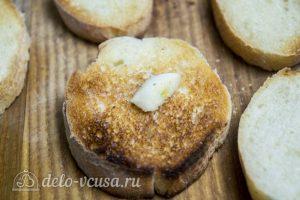 Брускетта с помидорами и сыром: Обжарить хлеб
