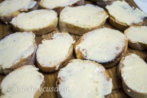 Брускетта с помидорами и сыром: Намазать ломтики хлеба сыром