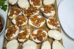 Брускетта с помидорами и сыром: Кладем начинку на багет