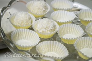 Конфеты из кокосовой стружки и сгущенки: Сформировать конфеты