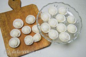 Конфеты из кокосовой стружки и сгущенки: Разложить в бумажные формочки