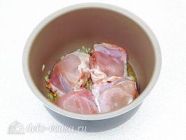 Курица в томатном соусе в мультиварке: Добавить куриные бедра