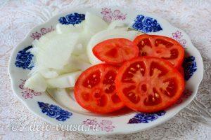Мясо по-французски из свинины с помидорами: Порезать лук и помидоры