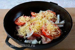 Мясо по-французски из свинины с помидорами: Посыпать мясо сыром