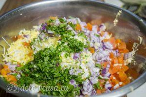 Рулет из сельди с яйцом: Добавить зелень и яйца