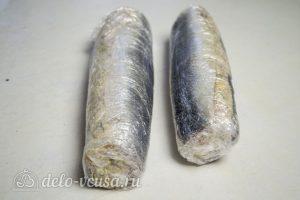 Рулет из сельди с яйцом: Рулет завернуть в пленку и охладить