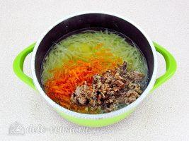 Щи с рыбными консервами: Добавить консервы и овощи