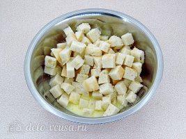 Шарлотка из белого хлеба: Добавить взбитые яйца в хлеб