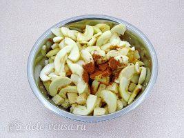 Шарлотка из белого хлеба: Добавить яблоки в хлеб