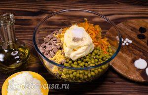 Салат Собачка с печенью: Добавить майонез и специи