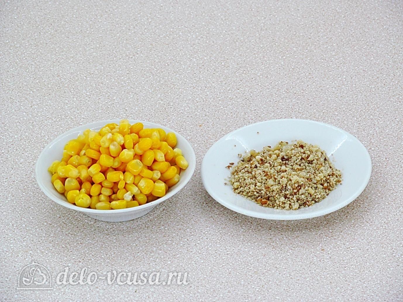Крабовый салат с орехами: Подготовить орехи и кукурузу