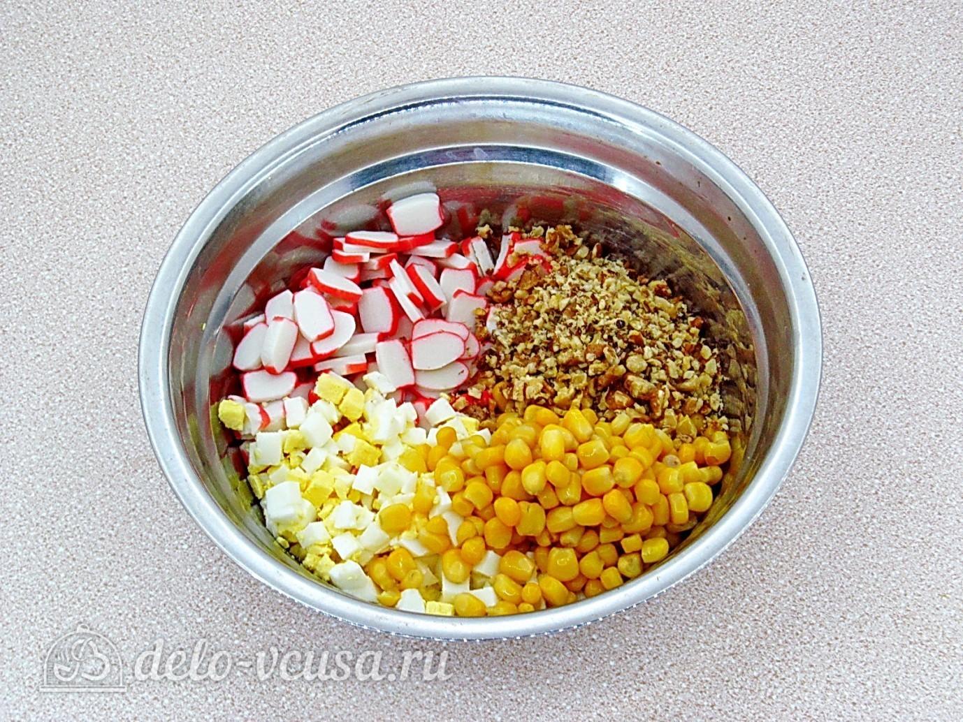 Крабовый салат с орехами: Соединить все ингредиенты