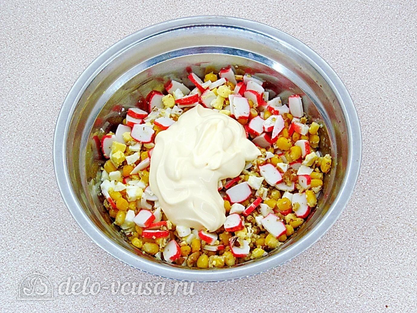 Крабовый салат с орехами: Добавить майонез