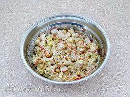 Крабовый салат с орехами: Все хорошо перемешать