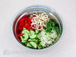 Салат с кальмаром и свежим огурцом: Перемешать все ингредиенты