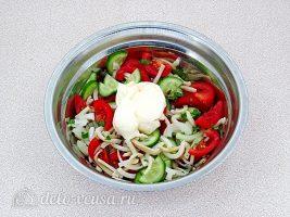Салат с кальмаром и свежим огурцом: Заправить салат майонезом