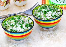 Салат с кальмарами и солеными грибами