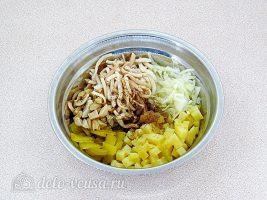Салат с кальмарами и солеными грибами: Соединить подготовленные ингредиенты
